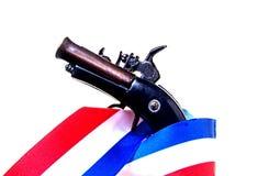 Rotes weißes u. blaues Farbband u. Gewehr Stockfotos