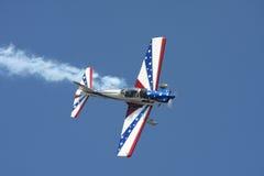 Rotes, weißes und blaues Bremsungsflugzeug Lizenzfreies Stockfoto