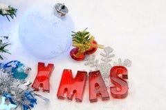 Rotes Weihnachten auf Schnee Lizenzfreie Stockbilder