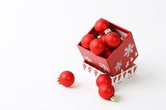 Rotes Weihnachten füllte Kasten mit roter Weihnachtsdekoration Stockfotografie