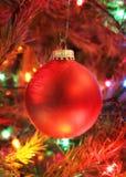 Rotes Weihnachtsfühlerhängen Stockfoto