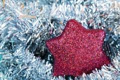 Rotes Weihnachtsflitter und -silber tisel stockfoto