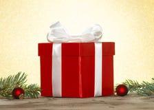Rotes Weihnachtsgeschenk Stockfotografie
