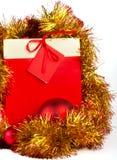 Rotes Weihnachtsgeschenk auf Weiß Stockfoto