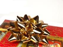 Rotes Weihnachtsgeschenk auf weißem Hintergrund Lizenzfreies Stockfoto