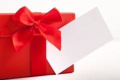 rotes Weihnachtsgeschenk gebunden mit einem Band und einem Bogen Lizenzfreie Stockfotos