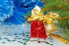 Rotes Weihnachtsgeschenk mit einem Bogen Stockbilder