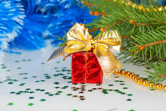 Rotes Weihnachtsgeschenk mit einem Bogen Stockfotografie