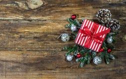 Rotes Weihnachtsgeschenk mit traditionellem Dekor Stockfotos