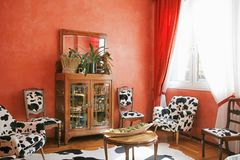 Rotes Wohnzimmer Stockfotografie