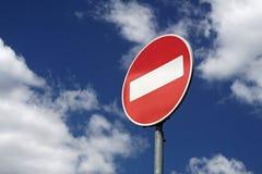 Rotes Zeichen auf einem Hintergrund des blauen Himmels Stockfotos
