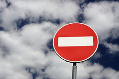 Rotes Zeichen auf einem Hintergrund des blauen Himmels Lizenzfreie Stockfotografie