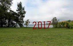 Rotes Zeichen für 2017 in einem grasartigen Rasen in einem Park Stockfotografie