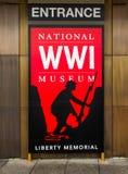 Rotes Zeichen - nationales Museum des Ersten Weltkrieges in Kansas City stockfotos