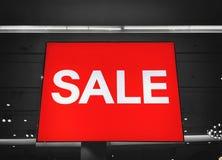 Rotes Zeichen weißer Text-Verkauf im Schaufenster Stockfoto