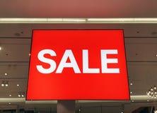 Rotes Zeichen weißer Text-Verkauf im Schaufenster Lizenzfreie Stockfotos