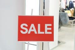 Rotes Zeichen weißer Text-Verkauf im Schaufenster Lizenzfreie Stockfotografie