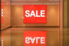 Rotes Zeichen weißer Text-Verkauf im Schaufenster Lizenzfreie Stockbilder