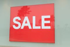 Rotes Zeichen weißer Text-Verkauf im Schaufenster Stockfotos
