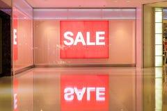 Rotes Zeichen weißer Text-Verkauf im Schaufenster Stockfotografie