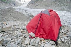 Rotes Zelt in den französischen Alpen Stockfotografie