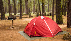 Rotes Zelt-regnerischer Tag stockbilder