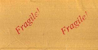 Rotes zerbrechliches gestempelt auf Postpaket Stockfoto
