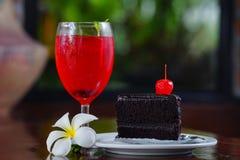 Rotes Zitronensoda auf Glas und Bäckerei Stockbild