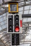 Rotes Zugsignallicht innerhalb der Bahnstation Stockbilder