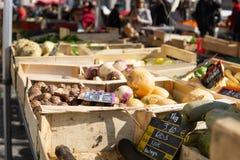 Rotfrukter i spjällådor på skärm på bönder marknadsför royaltyfria foton