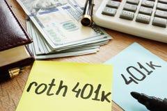 Roth 401k de deux bâtons de note sur un bureau Retraite Photos stock
