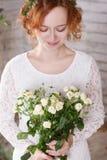 Rothaarige Braut mit bouqet Lizenzfreie Stockfotos