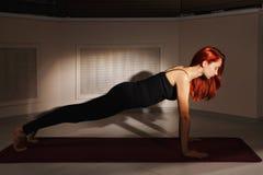 Rothaarige in der Yogaklasse stockfoto