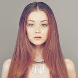 Rothaarige-Frauen-Mode-Modell Junges Gesichts-und Rot-Haar Stockfotos