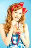 Rothaarige-Pin-up-Girl-Getränke des Porträts kokette reizende. Lizenzfreie Stockfotografie