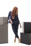 Rothaarige vorbildliche Aufstellung in der sexy Geschäftskleidung Lizenzfreies Stockbild