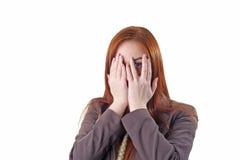 Rothaarigefrau, die ihr Gesicht bedeckt Lizenzfreie Stockbilder
