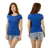 Rothaarigefrau, die mit leerem blauem Hemd aufwirft Stockbild