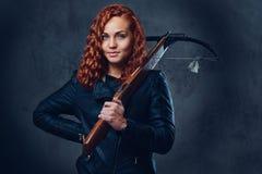 Rothaarigefrau hält Armbrust lizenzfreies stockfoto
