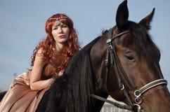 Rothaarigefrau mit Pferd Lizenzfreie Stockfotos