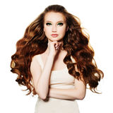 Rothaarigefrau Mode-Modell mit dem roten Haar lokalisiert Lizenzfreie Stockbilder