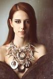 Rothaarigefrauen mit Halskette lizenzfreie stockfotografie