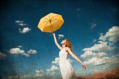 Rothaarigemädchen, das Regenschirm hält Stockbilder