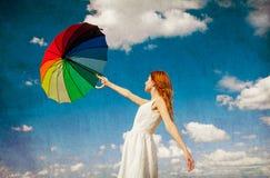 Rothaarigemädchen, das Regenschirm hält Lizenzfreie Stockfotografie