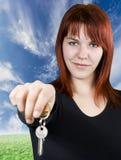 Rothaarigemädchen, das Schlüssel führt stockbild