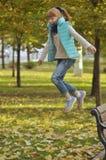 Rothaarigemädchen in einem Sprung Stockfoto