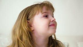 Rothaarigemädchen mit dem langen Haar zwei Jahre lächelnd an der Kamera stock video