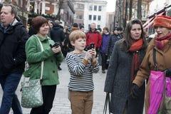 Rothaariger Junge macht Fotos des Schauspielers am Telefon an Covent-Garten Lizenzfreie Stockfotografie