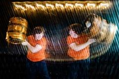Rothaariger sommersprossiger Junge, der im Studio mit Doppelbelichtung aufwirft lizenzfreies stockfoto