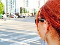 Rothaariges Mädchen auf der Straße lizenzfreies stockbild